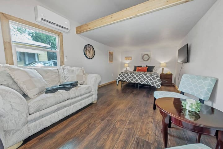 Lovely Tiny House: close to Downtown, Beaches