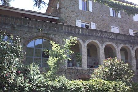 Chambre de Charme dans Mas XVII proche Ardèche (A) - Saint-Jean-de-Valériscle - 民宿