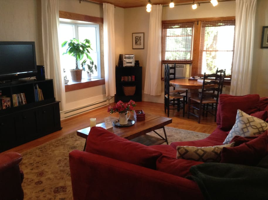 Living/Dining area w/ HD TV (view 1)