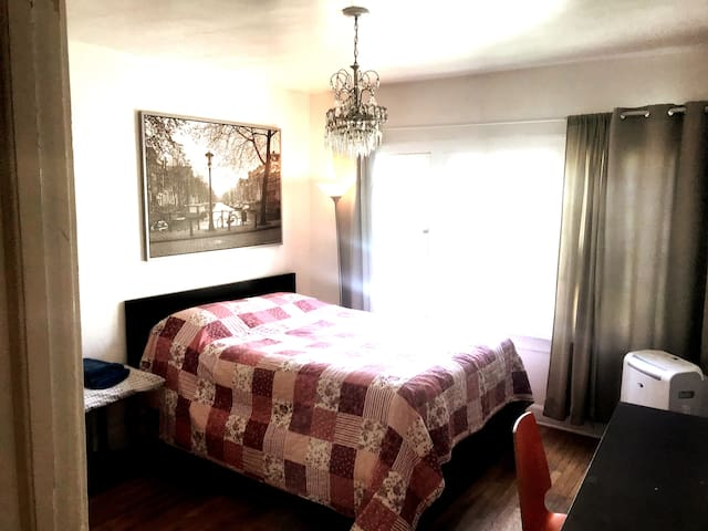 Hollywood. Larchmont.  BDRM. #2. Free Parking