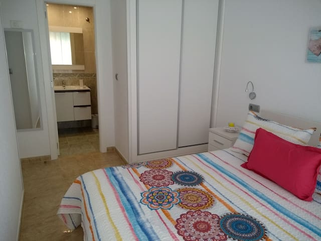 Habitación de matrimonio con cama d 1,50 y cuarto de baño completo en la habitación