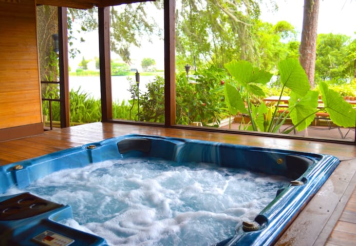 Jacuzzi hot tub with view to the lake