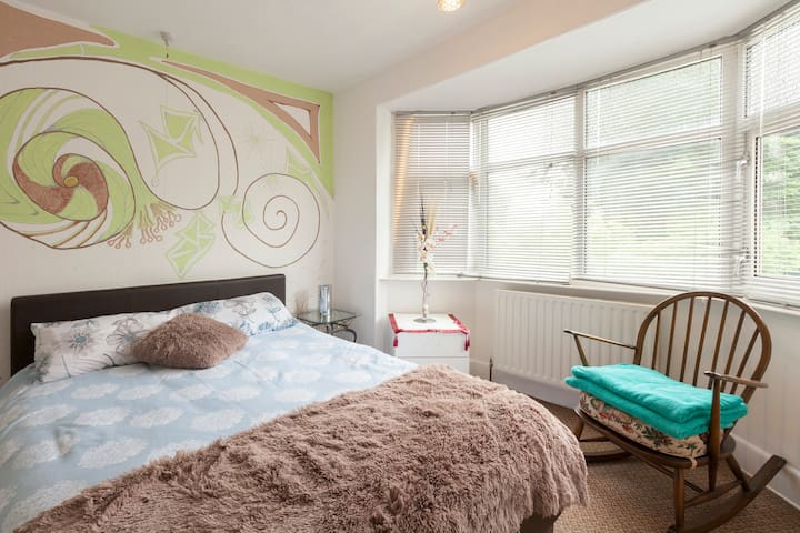 Double room with Kingsized bed in 3 bed semi
