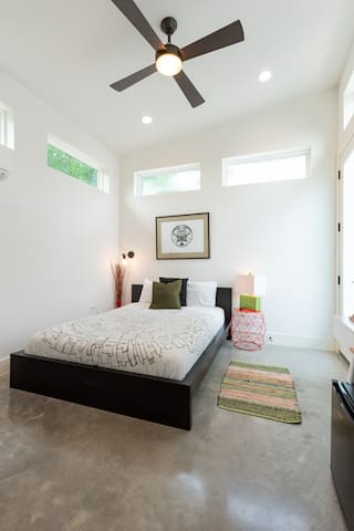 Airy high ceilings, lots of sunlight and comfy queen size bed