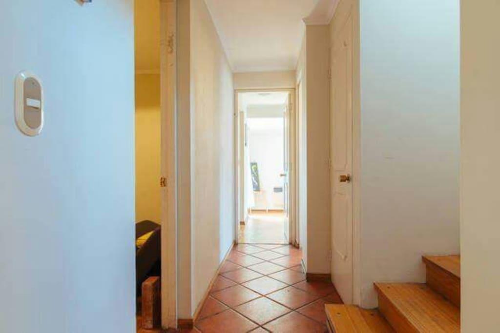 Al entrar hay un pasillo a la derecha encontrarás el comedor, luego la cocina y si tomas el pasillo de la izquierda pasaras la escalera y al fondo encontraras el amplio dormitorio principal, con una linda terraza a un jardín interior.