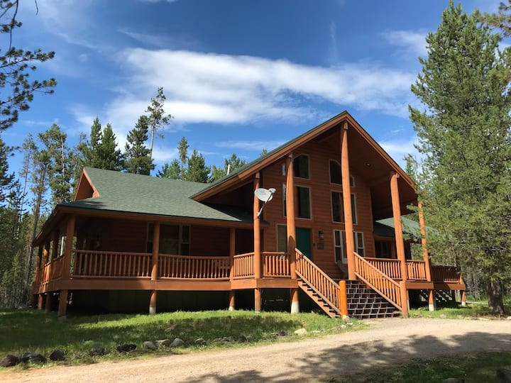 Moose Tracks Near Yellowstone, Sleeps 12