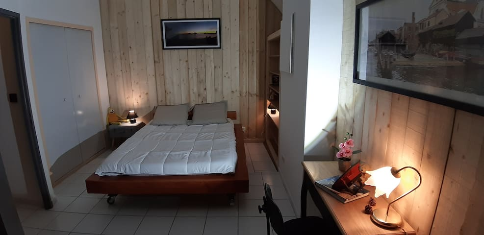 Grande chambre avec un vrai lit en 140 Petit bureau,  grande  penderie murale, bibliothèque, psyché .