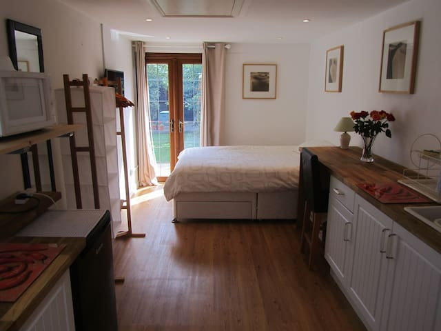 Private Studio Room with own access - Bristol - Casa