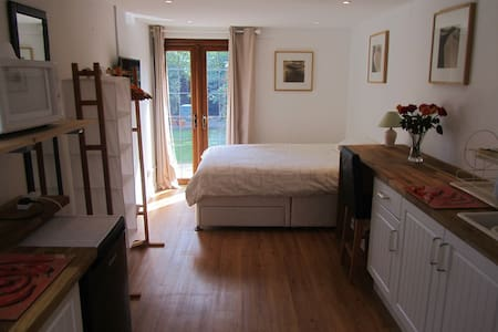 Private Studio Room with own access - Bristol - Hus