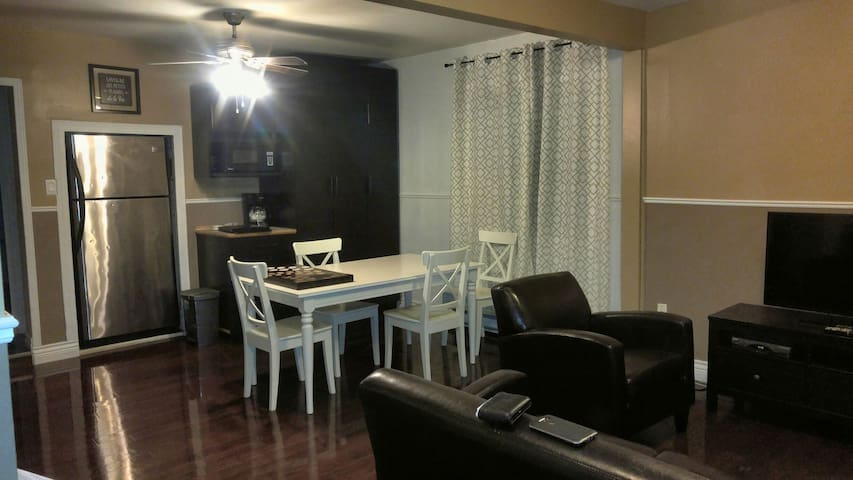 2BR apartment near downtown Ottawa (street level)