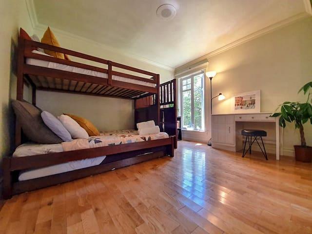 Chambre confortable 3 lits avec spa,piscine et lac