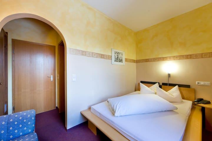 """Gasthof Hotel """"Zur Insel"""" (Landshut), Einzelzimmer mit kostenfreiem WLAN in zentraler Lage"""