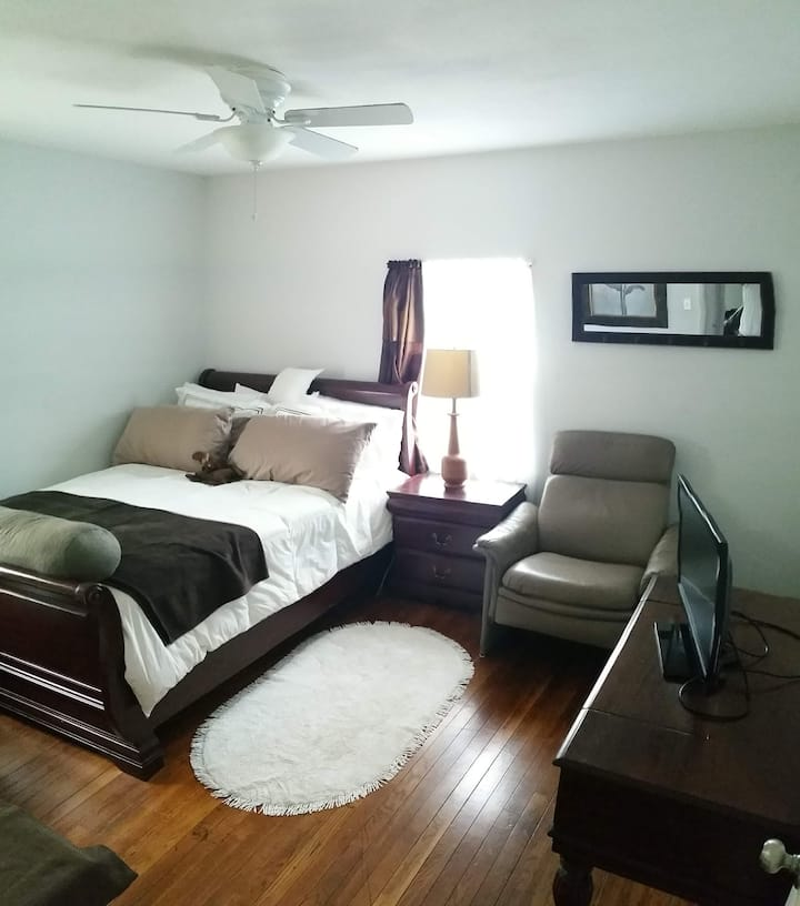 Nice sized bedroom queen bed--Close to BART