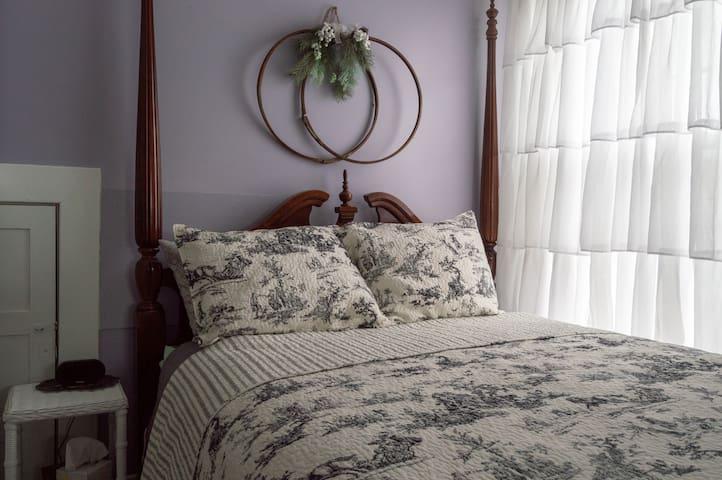 Charlotte B&B Cozy Lavender Room