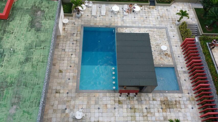 Visão da varanda da área das piscinas e quiosque externo