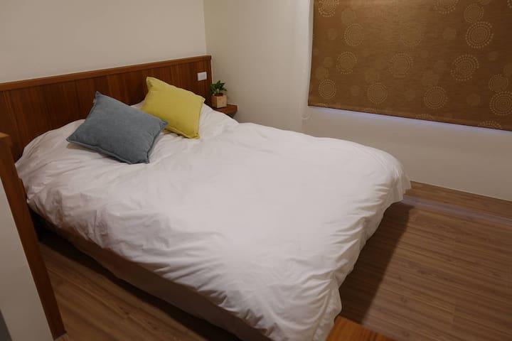 夾層一樓的雙人床