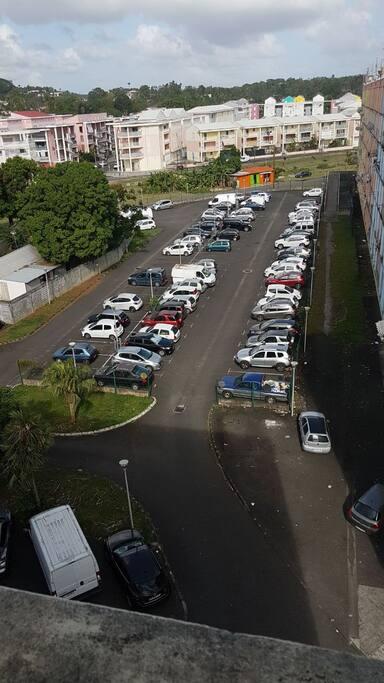 Parking gratuit au pied de l'immeuble.