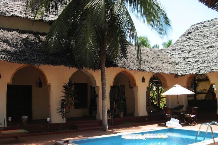 Island Style Beach house, Pool, Chef, wifi