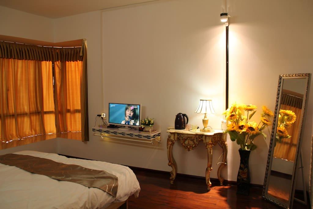 大房2米双人舒适大床,全套高级睡眠床上套件,媲美5星级酒店。配备烫衣板和熨斗,冷暖空调