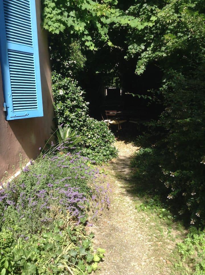 Une chambre dans une maison avec jardin.