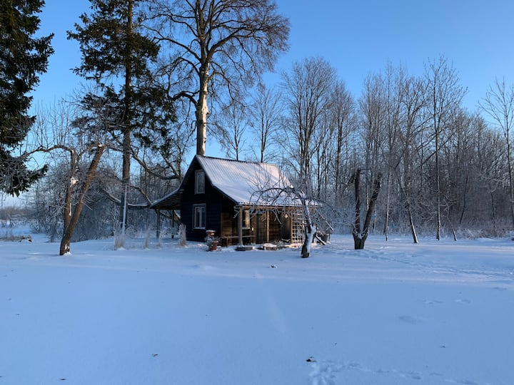 Riverside country cottage w/ sauna + hot tub