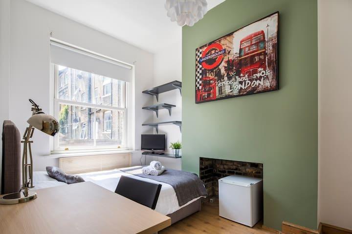 SMART ROOM IN DESIGNER HOUSE IN SHOREDITCH, LONDON