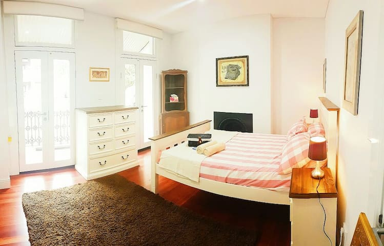 Parisian Balcony Room in Surry Hills - Surry Hills - Huis
