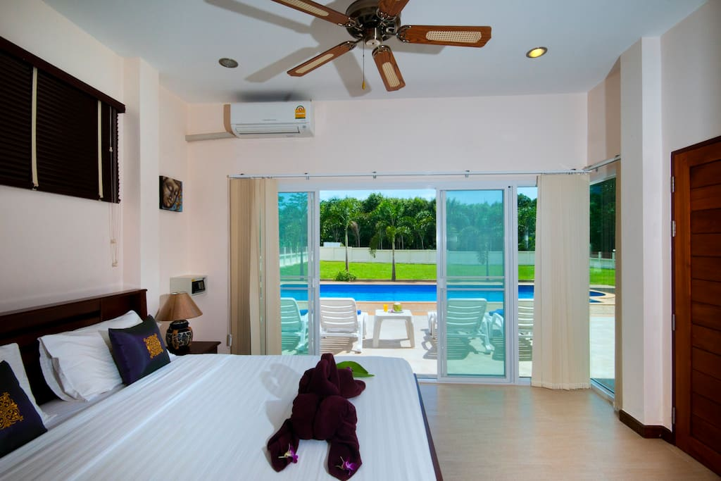 Master bedroom with direct access to the swimming pool.
