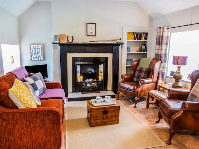 LILAC COTTAGE, character holiday cottage in Lossiemouth, Ref 6302