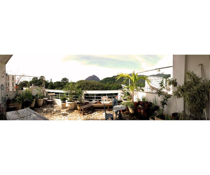 Panorâmica do terracinho com churrasqueira portatil e chuveirão!