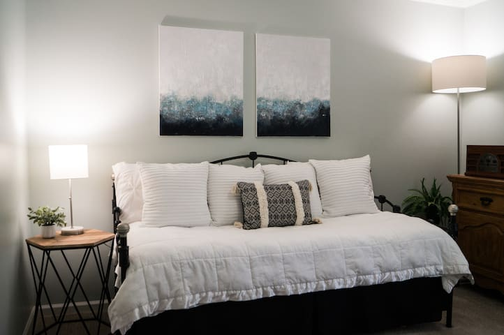 The daybed room has a twin bed with a pull-out twin trundle. Use this room to relax, study, read, or for sleeping arrangements for 1-2 additional guests.