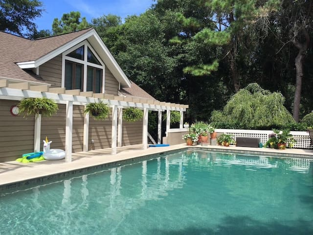 Modern, updated one bedroom apt with Pool. Kiawah
