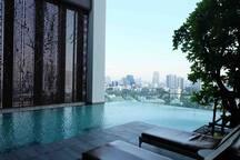 A曼谷市区BTS旁复式阁楼五星级网红泳池健身房免费接驳FreeShuttle+WIFI+Duplex