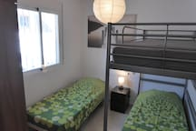 chambre 2 (2 lits + 1 sur demande) bedroom 2 (2 beds + 1 on request)