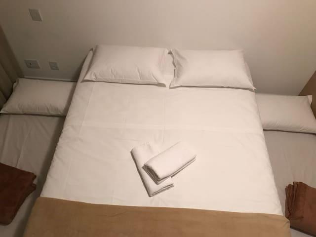 1° Quarto com a cama de casal e as duas auxiliares montadas