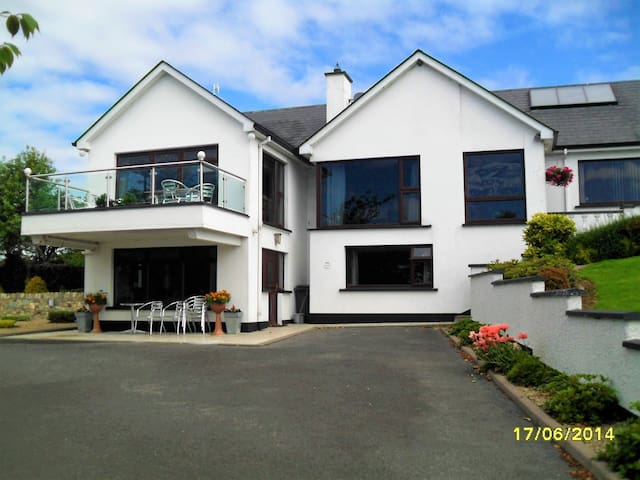 A 2 Bedroom Family Apartment Near Sperrin Mountain