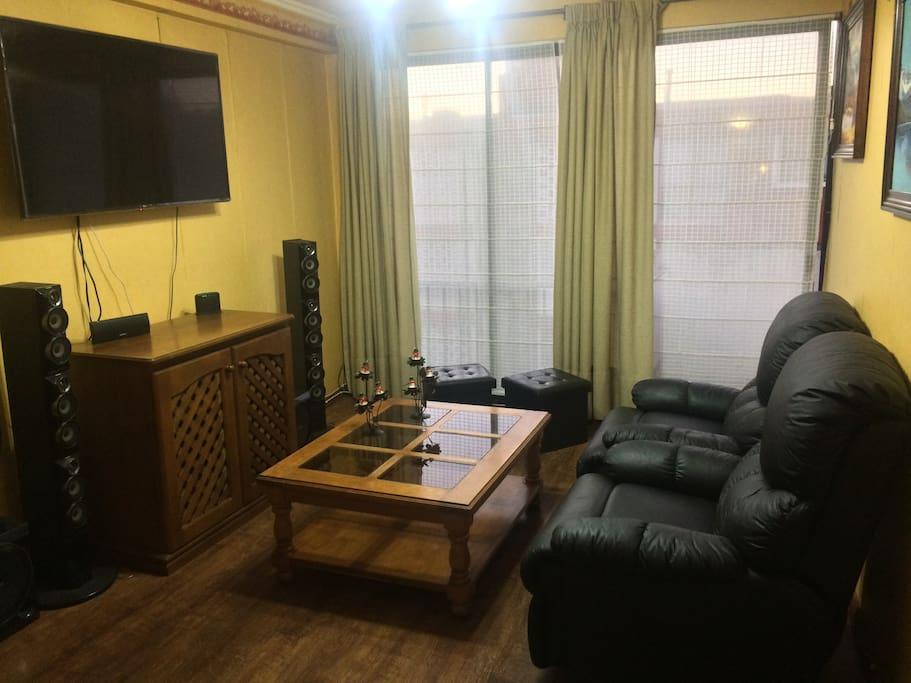 Sala de estar.  Tv satélite y cómodos sofá