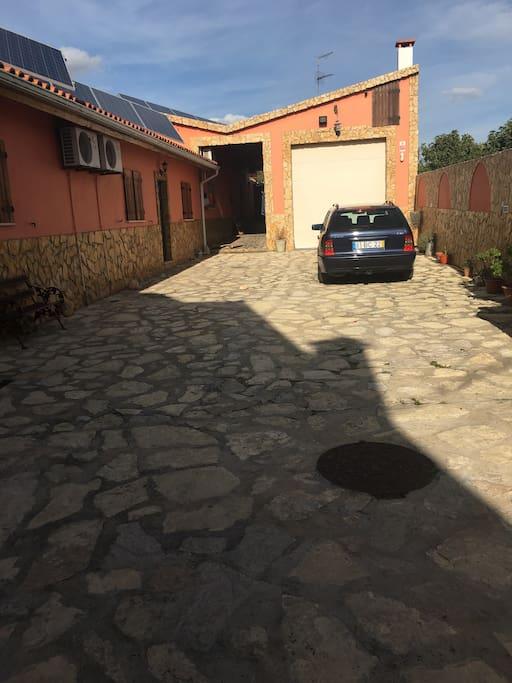 Estacionnamento para 4 Carros frente a casa e fechado por um portao