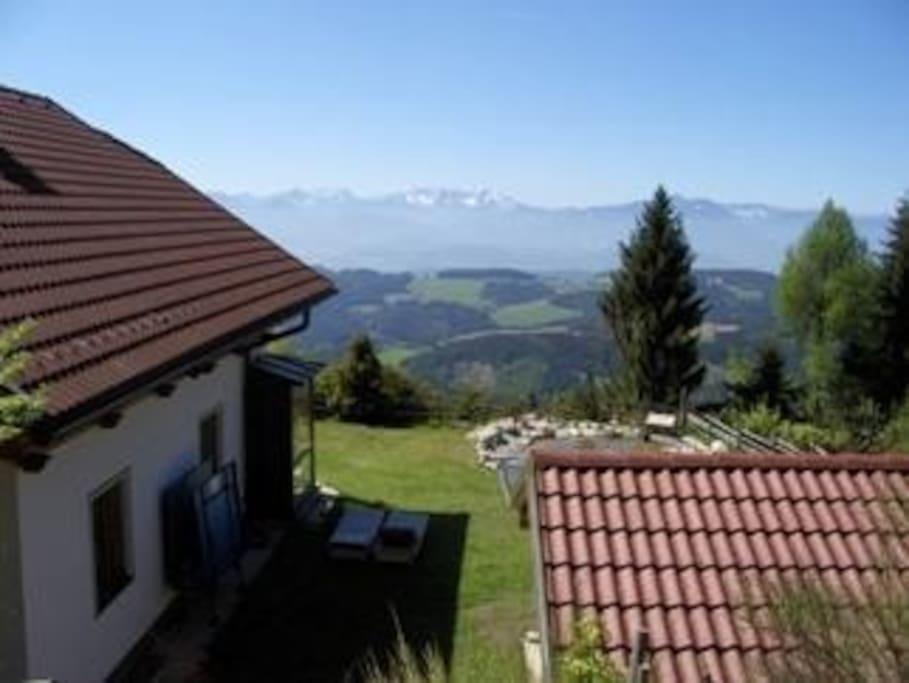 Unser ganzjährig geöffnetes Ferienhaus liegt in 1300 Meter Seehöhe in herrlicher, ruhiger Lage und Ausicht in die umliegende Bergwelt, im sonnigsten Gebiet Österreichs.. Ganzjährig mit Pkw erreichbar.