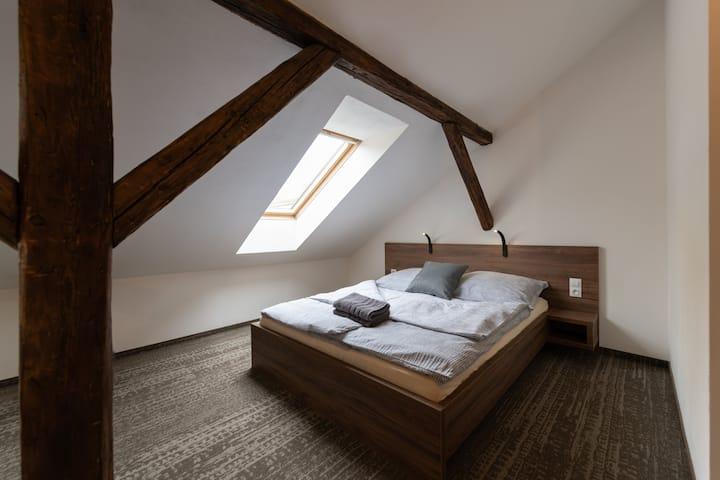 Apartsee Plzeň - 8. Pokoj s manželskou postelí