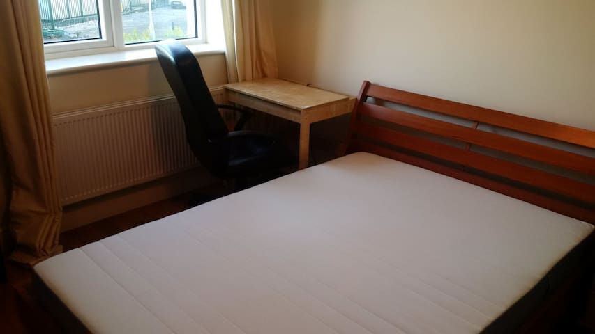 Comfortable House near shops 25min from city - Dublin