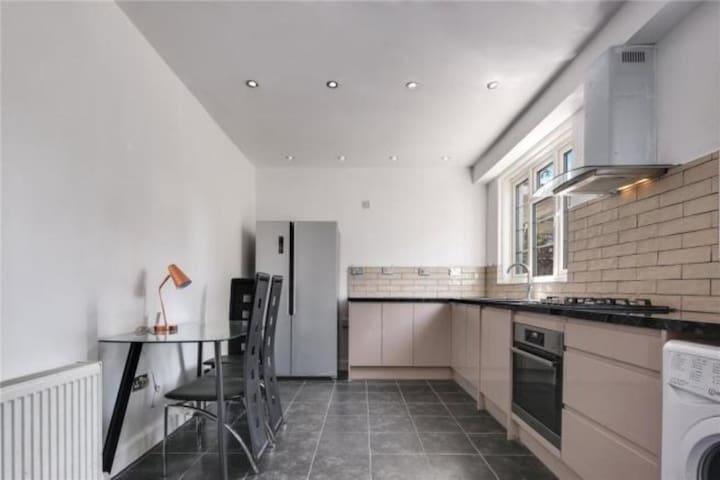 Limehouse: Spacious En-Suite Room