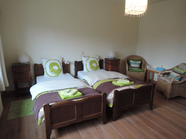 "Nice and quiet room ""earth"" , breakfast included! - Vosselaar - Bed & Breakfast"