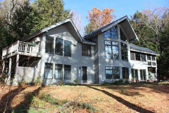 Loon's Edge / Award Winning Style on Lake Sunapee