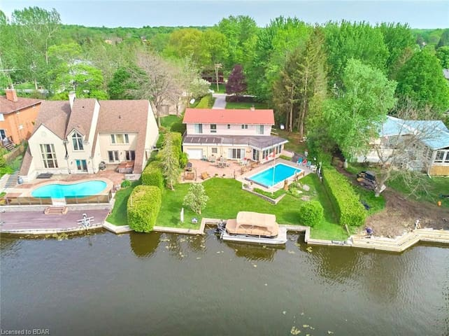 A beautiful Cottage w/ Swimming Pool by lake, BBQ