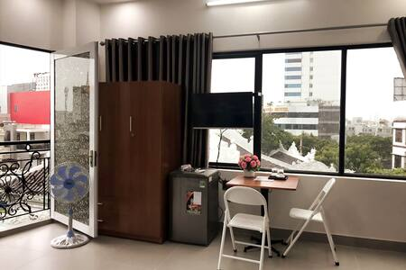 Studio w/Balcony, 1 BR Near Han River–5 Min Walk