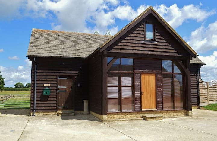 The Cotswold Manor Barn with Hot Tub & Games Barn