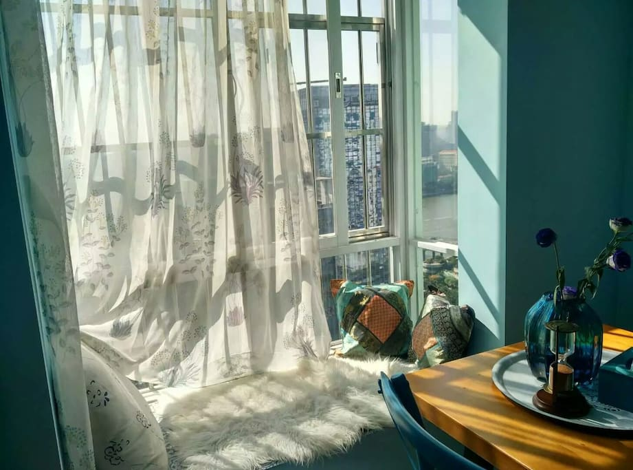 客厅面江飘窗