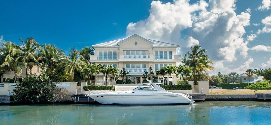 Britannia House, 12,500 sqft - George Town - Casa