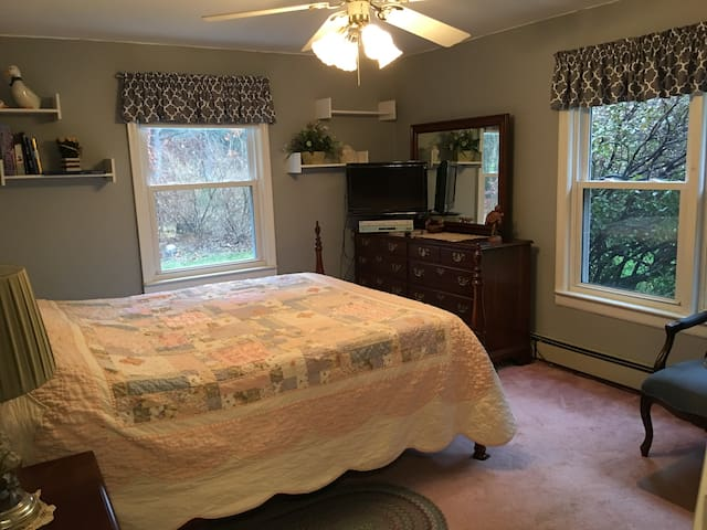 COMFY LARGE BEDROOM, QUIET ST., CLOSE TO WORCESTER - Boylston - House